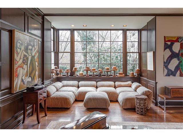 - Living Room Bay
