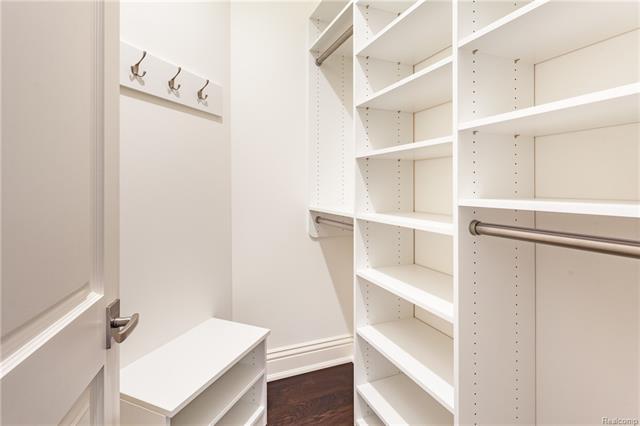 - Walk-in closet (Bedroom3)