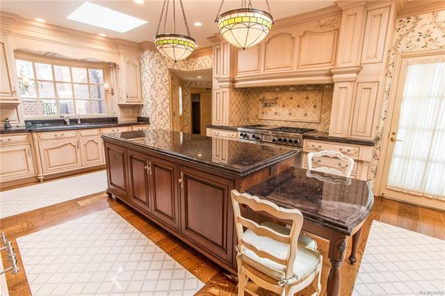 - Kitchen with Tiffany lights over island