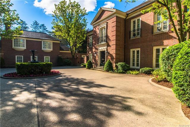 - Stunning courtyard & entry