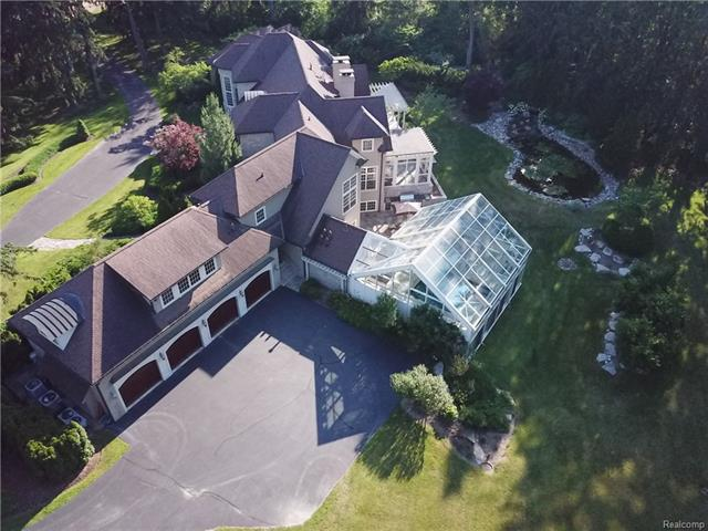 - 4 car garage - drone view of side