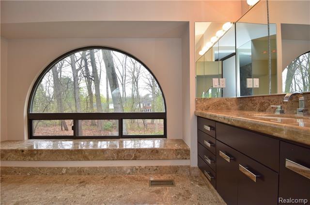 - Master bathroom #1 - beautiful views