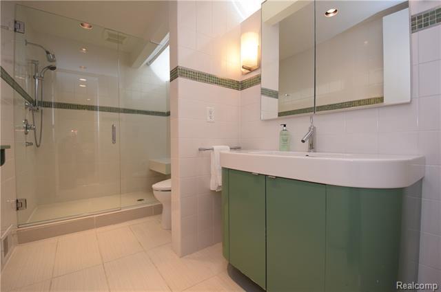 - Master suite bathroom #2